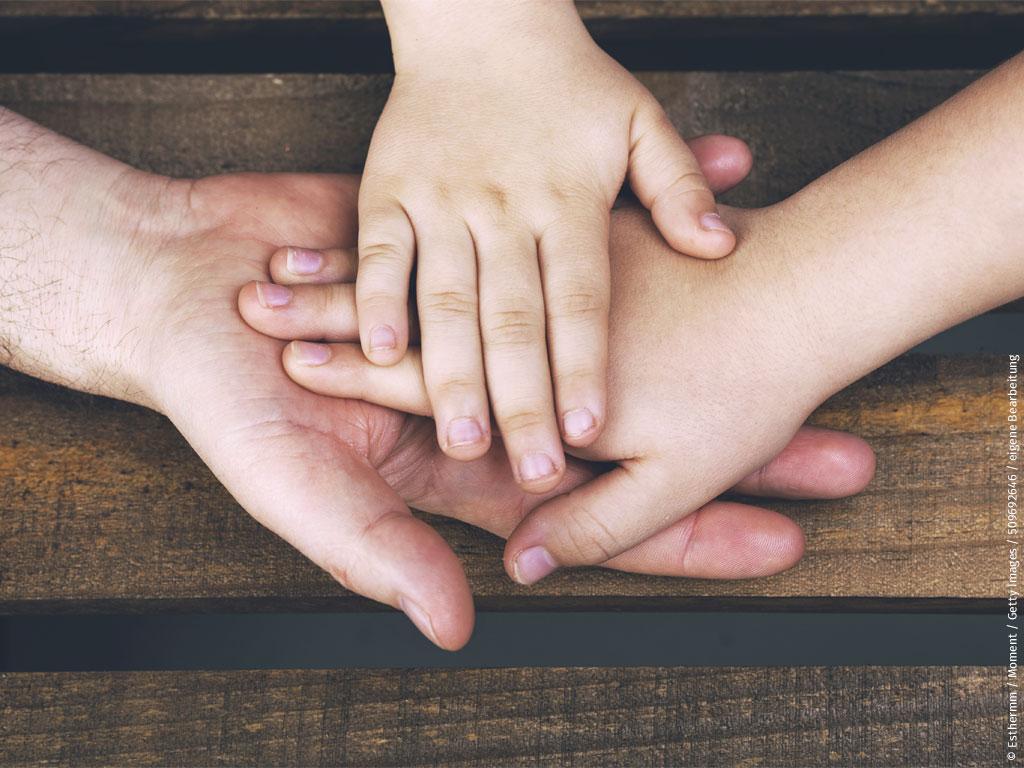 Das Foto zeigt Kinderhände (© Esthermm / Moment / Getty Images / 509692646 / eigene Bearbeitung)